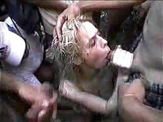شخص کانالسکسی روسی خروس را در دکمه شکم همسرش قرار می دهد