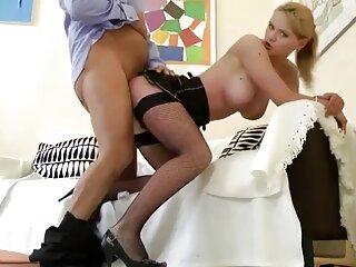بلوند برهنه قبل از رابطه جنسی گروه سکس کده مقعد خروس پسر را می خورد