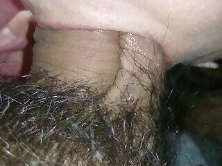 زن گروه تلگرام سک۳۰ باردار برده را در قفس قرار داده و موم داغ را روی بدن خود می گذارد