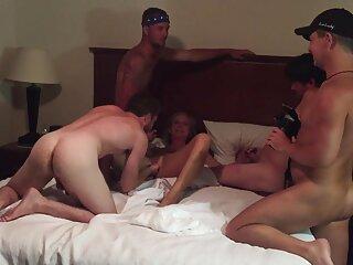 یک دختر لاغر یک مرد روسی را به اتاق خواب می برد تا رابطه جنسی برقرار کند گروه سکسی در تلگرام