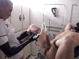 دختر کانال یاب سکسی تلگرام زیبا با شلوارک ، گربه و سینه را نوازش می کند