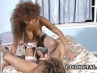 یک زن به یک زوج جوان معرفی گروه سکسی می آموزد که سر و صدایی داشته باشند