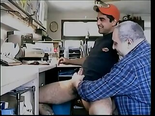 این چت تلگرام سکسی مرد با یک زن ساده برخورد می کند تا با او رابطه جنسی برقرار کند